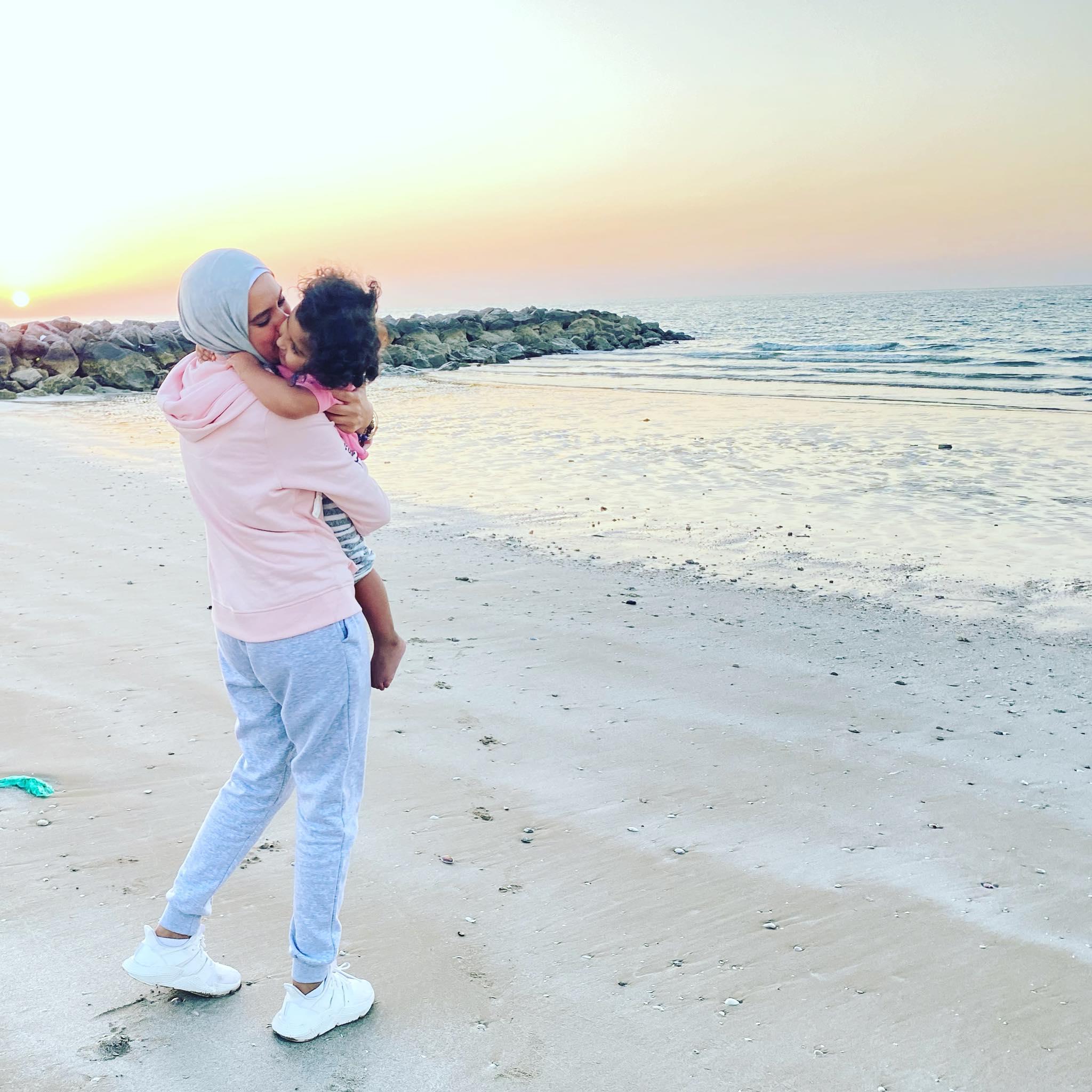 يمنى وطفلتها