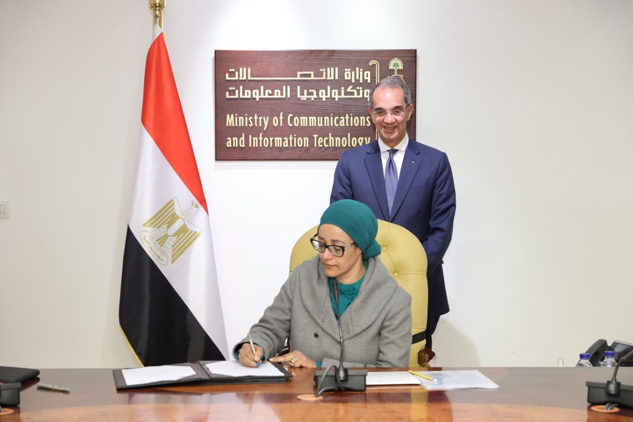 الدكتورة هبة صالح توقع الاتفاقية بحضور الوزير