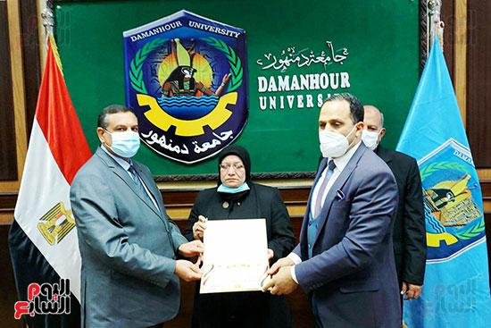 محافظ البحيرة ورئيس جامعة دمنهور يكرمان أسرة الشهيد أحمد بهجت مناع (6)