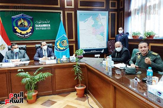 محافظ البحيرة ورئيس جامعة دمنهور يكرمان أسرة الشهيد أحمد بهجت مناع (3)