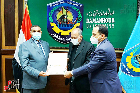 محافظ البحيرة ورئيس جامعة دمنهور يكرمان أسرة الشهيد أحمد بهجت مناع (4)