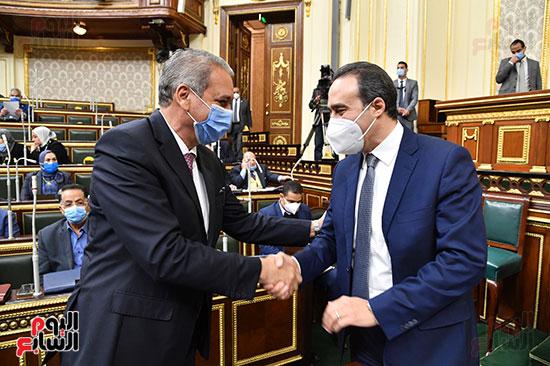وزير شئون المجالس النيابية يصافح الأمين العام لمجلس النواب