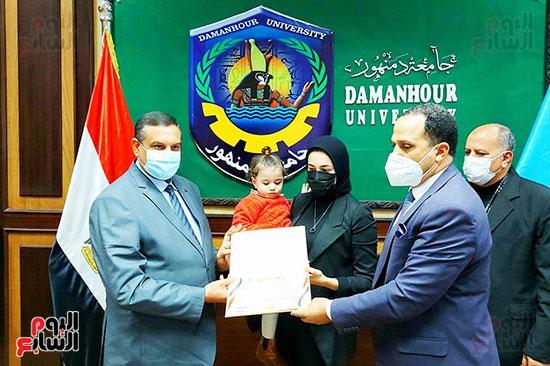 محافظ البحيرة ورئيس جامعة دمنهور يكرمان أسرة الشهيد أحمد بهجت مناع (5)