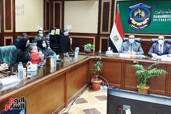 محافظ البحيرة ورئيس جامعة دمنهور يكرمان أسرة الشهيد أحمد بهجت مناع (2)