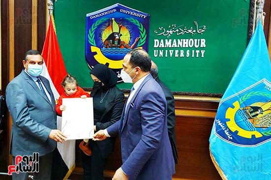 محافظ البحيرة ورئيس جامعة دمنهور يكرمان أسرة الشهيد أحمد بهجت مناع (7)
