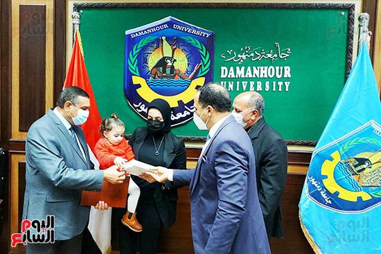 محافظ البحيرة ورئيس جامعة دمنهور يكرمان أسرة الشهيد أحمد بهجت مناع (8)