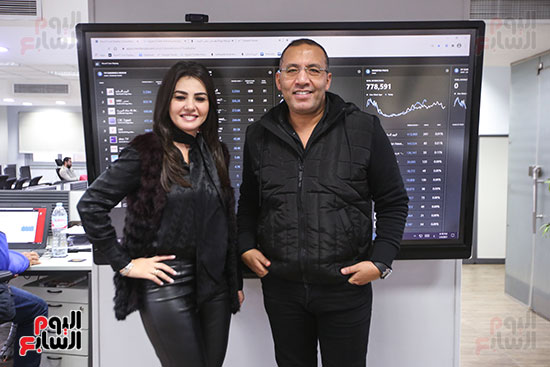 دينا فؤاد مع الكاتب الصحفى خالد صلاح فى صالة تحرير اليوم السابع