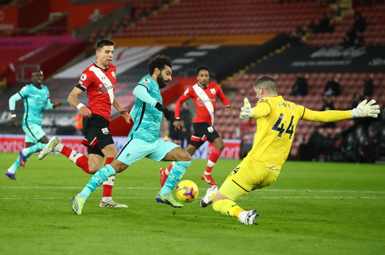 Mohamed Salah tries to pass from the keeper of Southampton