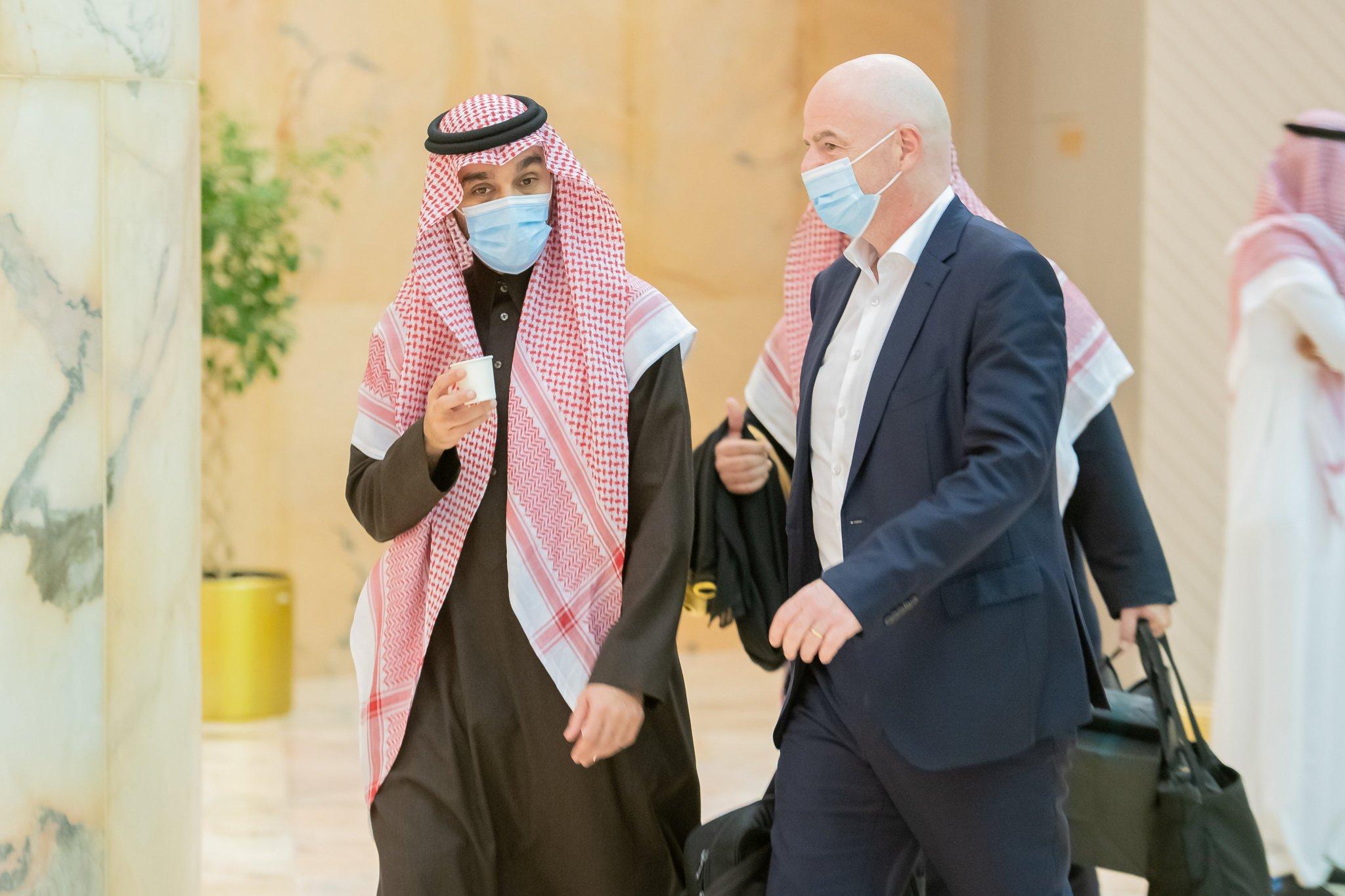 وزير الرياضة السعودي ورئيس فيفا