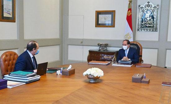 الرئيس عبد الفتاح السيسى مع الوزير عباس كامل رئيس المخابرات العامة (1)