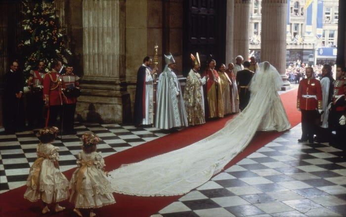فستان ديانا التاريخي أطول فستان ملكى