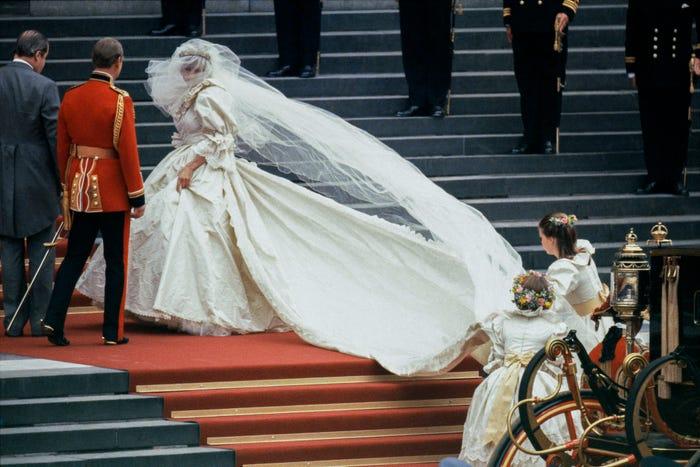 الأطفال يرفعون فستان الأميرة ديانا