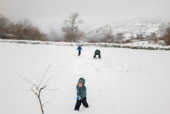 طفل يلهو وسط الثلج