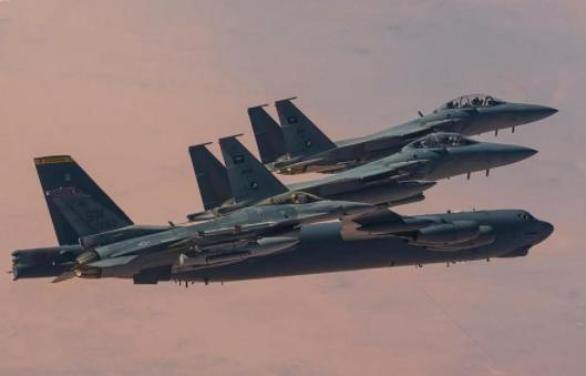 القاذفات الأمريكية والمقاتلات السعودية
