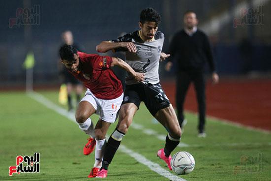 طاهر محمد طاهر أثناء التحام مع لاعب سيراميكا