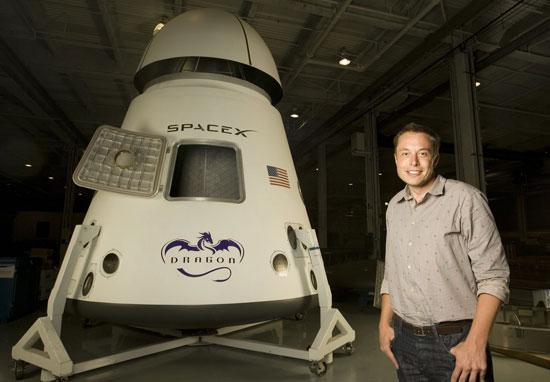إيلون ماسك مع مشروعه الفضائي