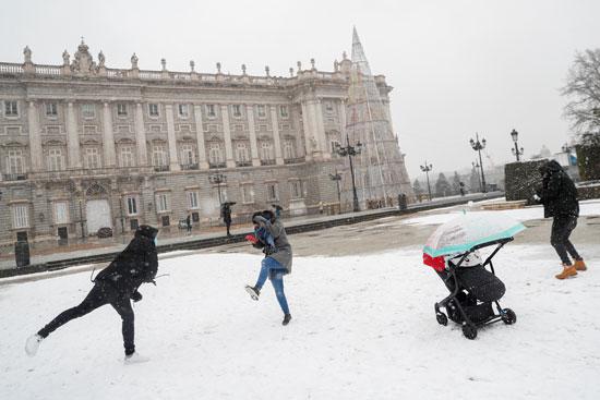 الإسبانيون يحتفلون بسقوط الثلج
