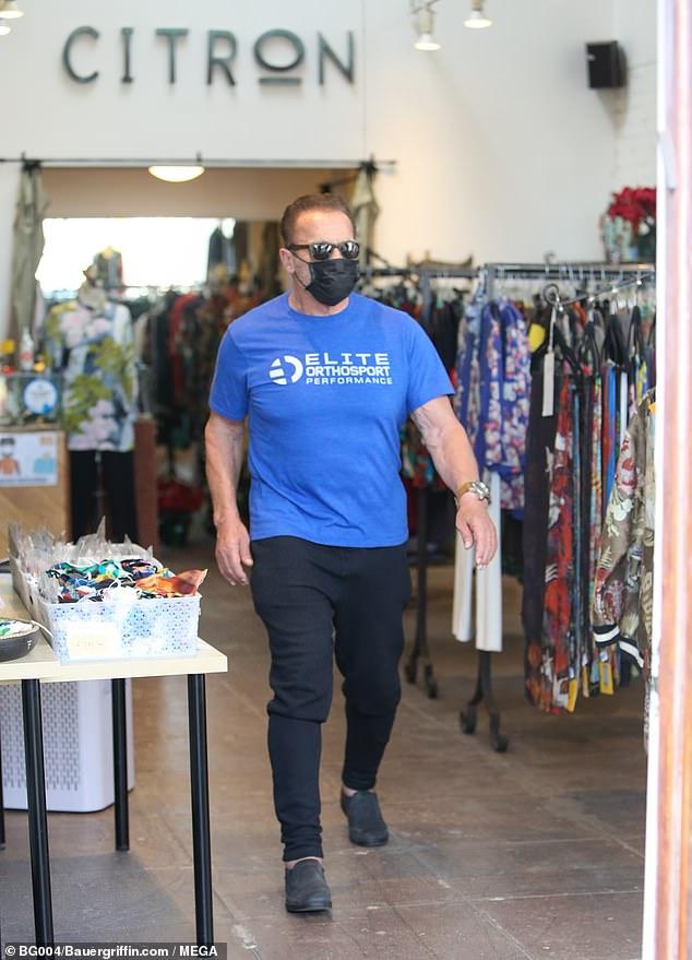 أرنولد شوارزنيجر يتسوق بـالكمامة في متجر للملابس النسائية  بسانتا مونيكا