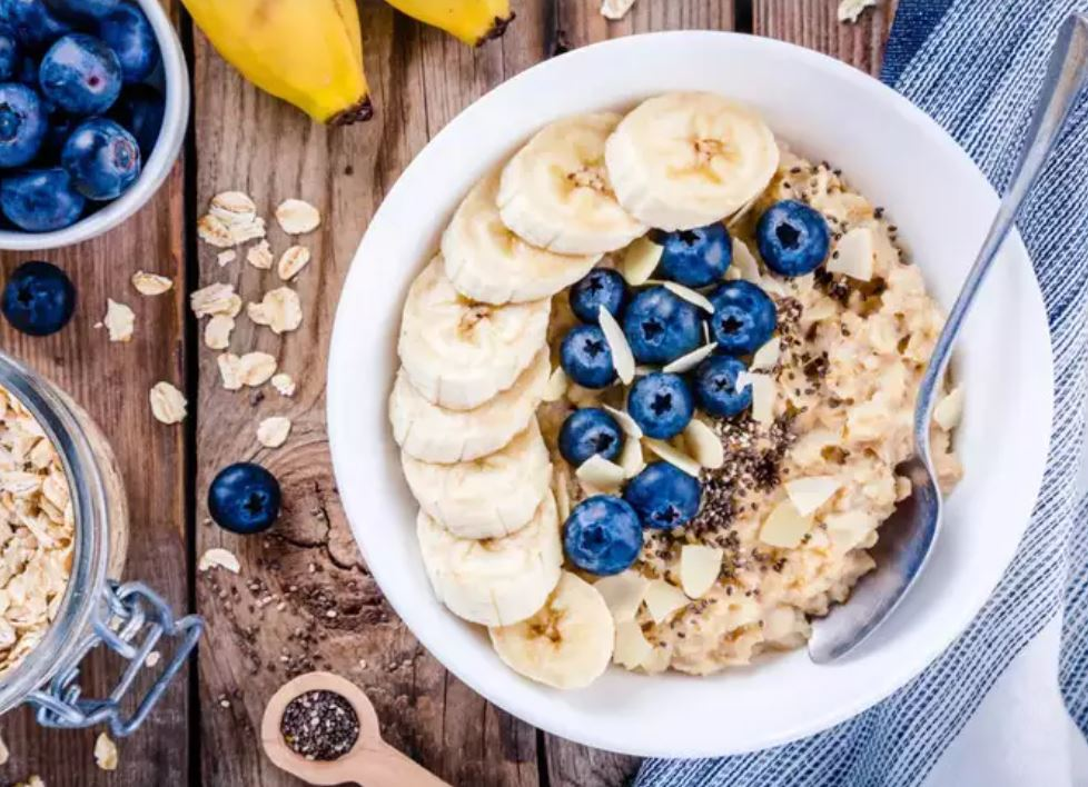 Oats with berries and bananas