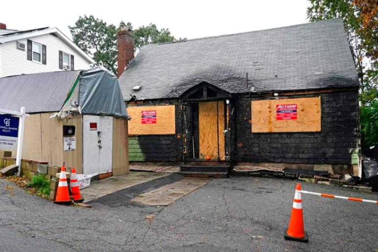 صور المنزل المحترق