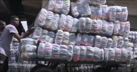 كارثة بيئية في غانا بسبب الملابس البريطانية الرديئة  (1)