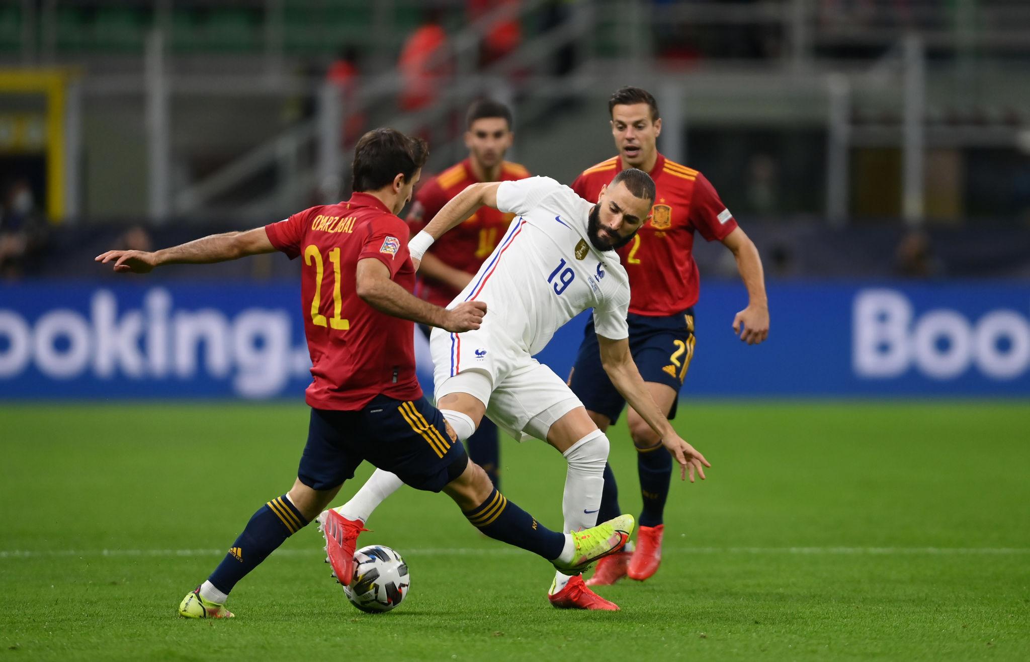 بنزيما يحاول المرور من لاعبى إسبانيا