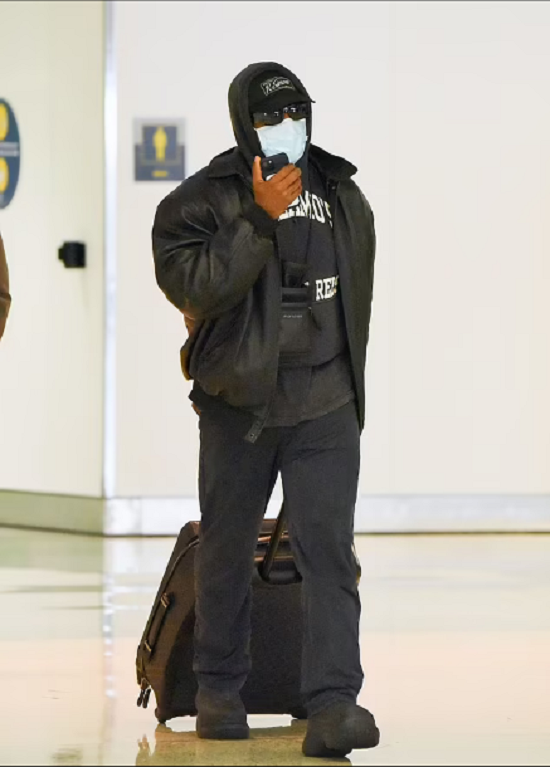 كيم كاردشيان ترتدي معطف وردي في لقاءها مع كاني ويست (1)