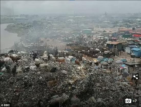 كارثة بيئية في غانا بسبب الملابس البريطانية الرديئة  (7)