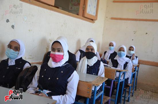 إلتزام الطالبات بالقرى بالكمامات فى المدارس
