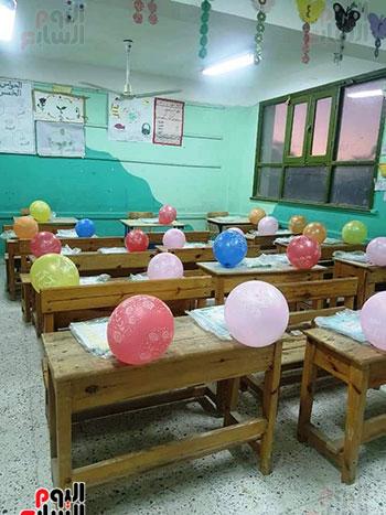 مدارس-الوادي-الجديد-تستقبل-طلابها-بالحلوى-والورود-(1)