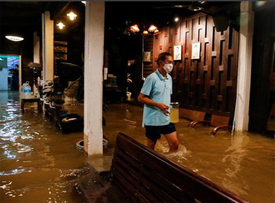 المياه تتخلل المطعم
