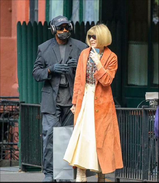 كيم كاردشيان ترتدي معطف وردي في لقاءها مع كاني ويست (6)