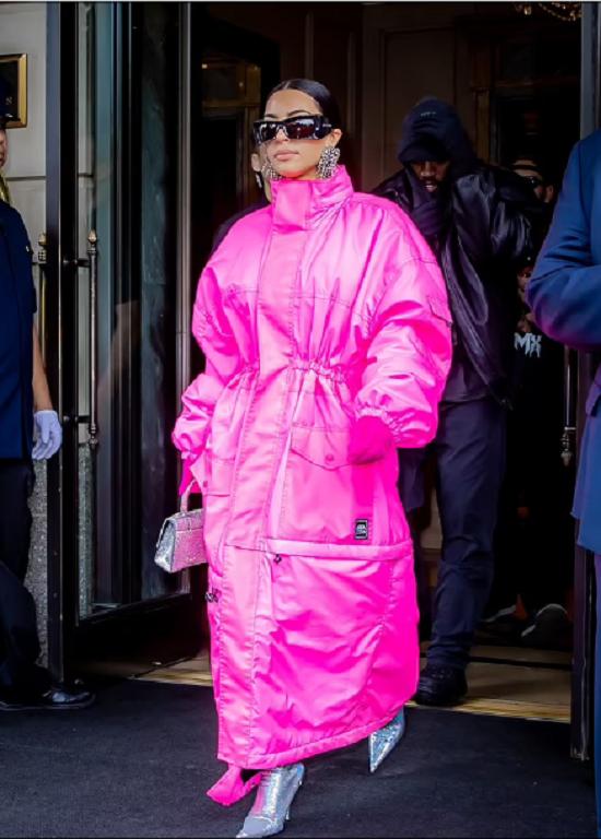 كيم كاردشيان ترتدي معطف وردي في لقاءها مع كاني ويست (5)