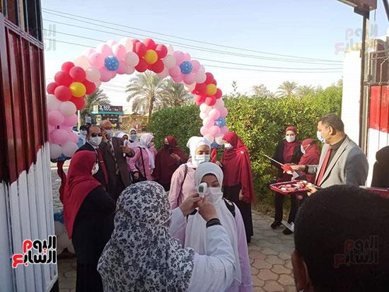 مدارس-الوادي-الجديد-تستقبل-طلابها-بالحلوى-والورود-(2)