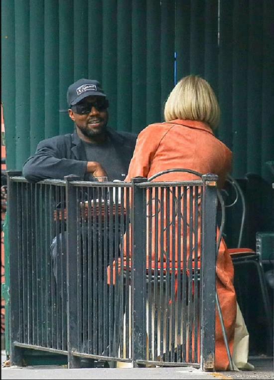 كيم كاردشيان ترتدي معطف وردي في لقاءها مع كاني ويست (7)