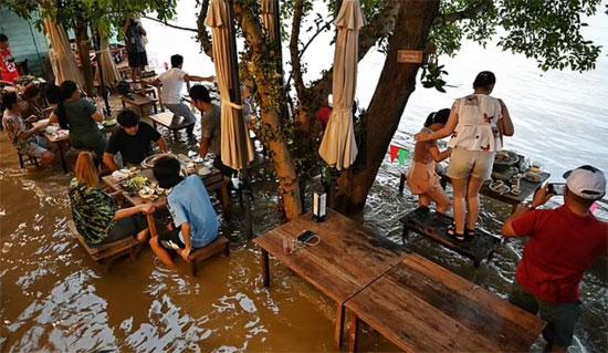 انتشرت مقاطع فيديو على وسائل التواصل الاجتماعي لرواد المطعم وهم يقفزون على الكراسي ويهتفون ويضحكون بينما تتطاير الأمواج على كراسيهم
