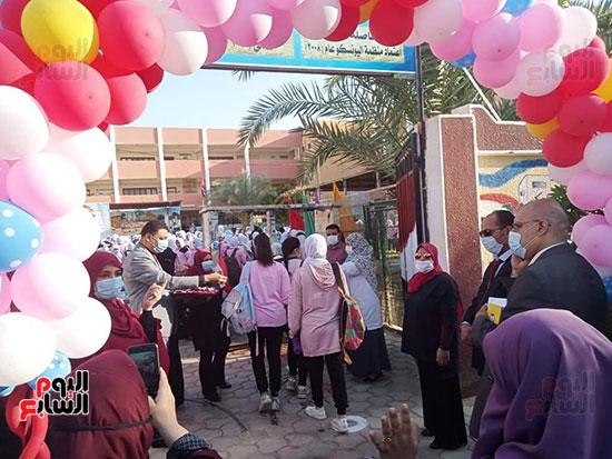 مدارس-الوادي-الجديد-تستقبل-طلابها-بالحلوى-والورود-(3)