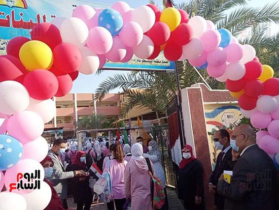 مدارس-الوادي-الجديد-تستقبل-طلابها-بالحلوى-والورود-(7)