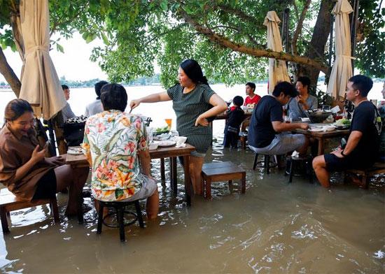الأمواج تداعب رواد المطعم