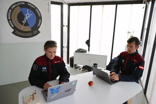 رائدة فضاء الألمانية أنيكا ميليس، وزميلها النمساوي روبرت وايلد، أثناء العمل