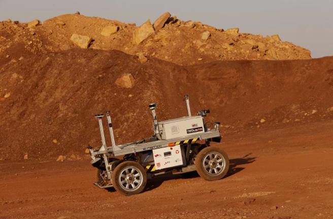 مركبة روبوتية، جزء من فريق البعثة الفضائية أثناء التدريب