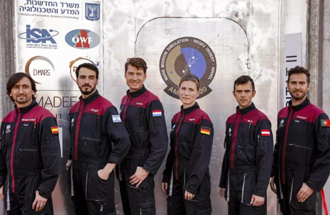رواد الفضاء الستة في بعثة  ألمانيا،