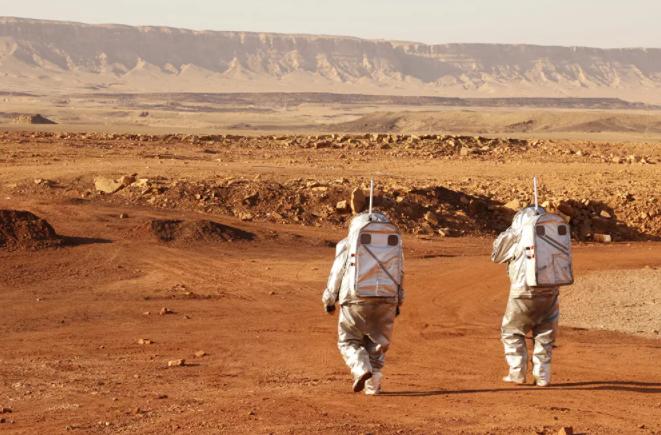 رواد فضاء يرتدون بدلات فضائية خلال مهمة تدريبية لكوكب المريخ