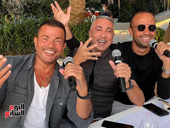 عمرو دياب و اصدقائه