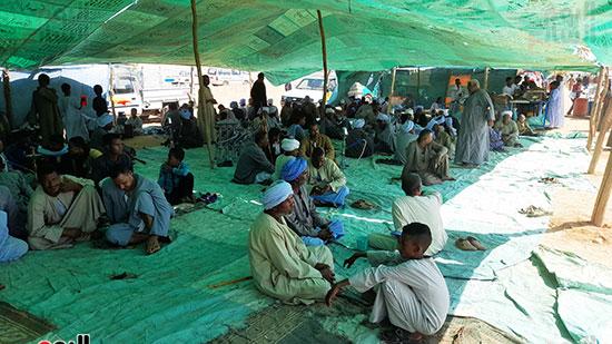 أبناء-القبائل-يجلسون-تحت-الخيام