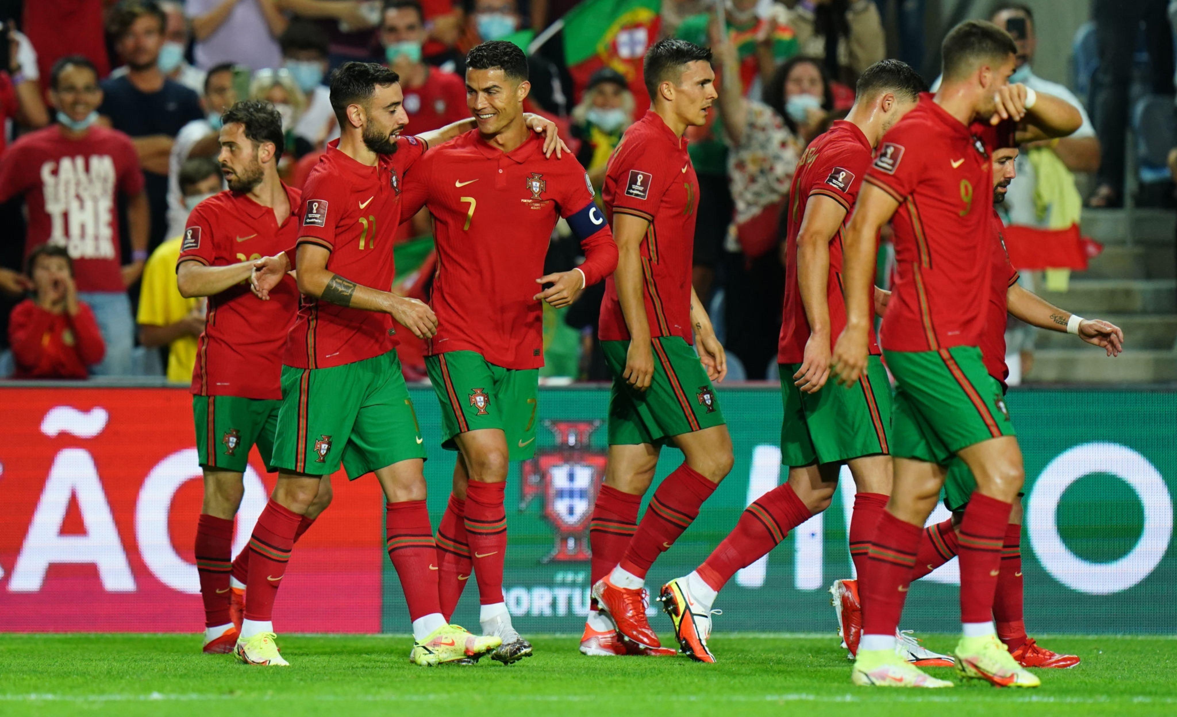 برونو فيرنانديز يحتفل مع نجوم البرتغال