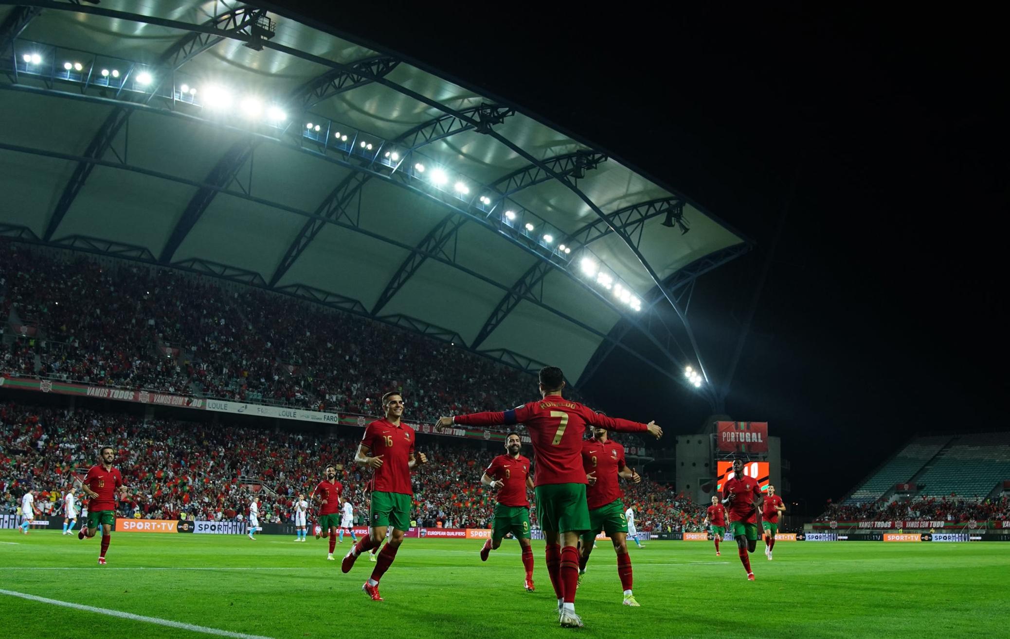 احتفال رونالدو مع لاعبى البرتغال