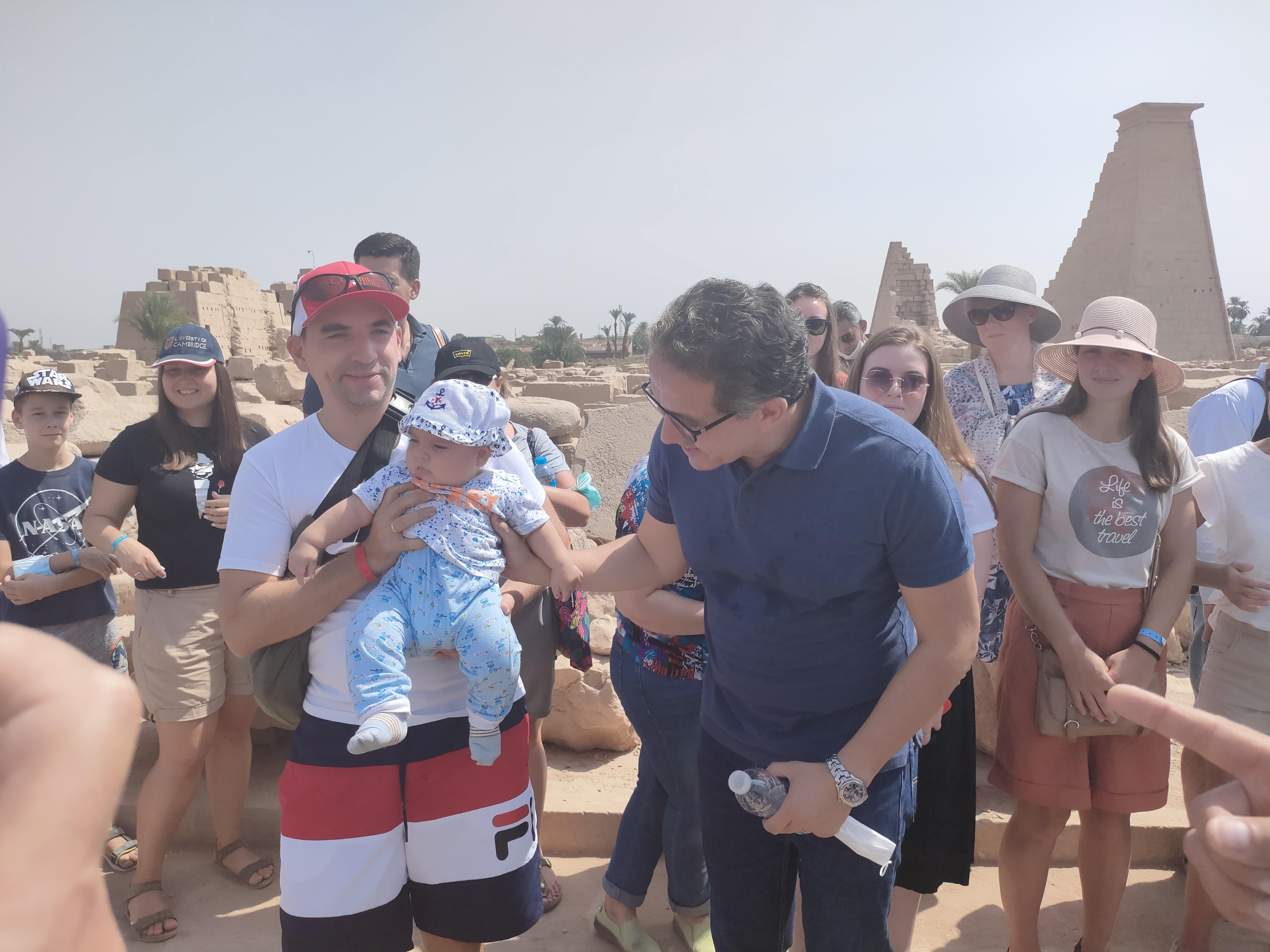 الطفل الاوكرانى رمضان مع وزير السياحة (1)