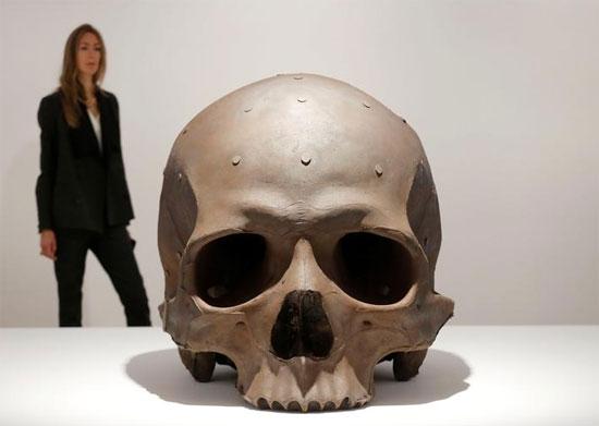 تمثال بعنوان الوزن الميت للفنان الأسترالي رون مويك