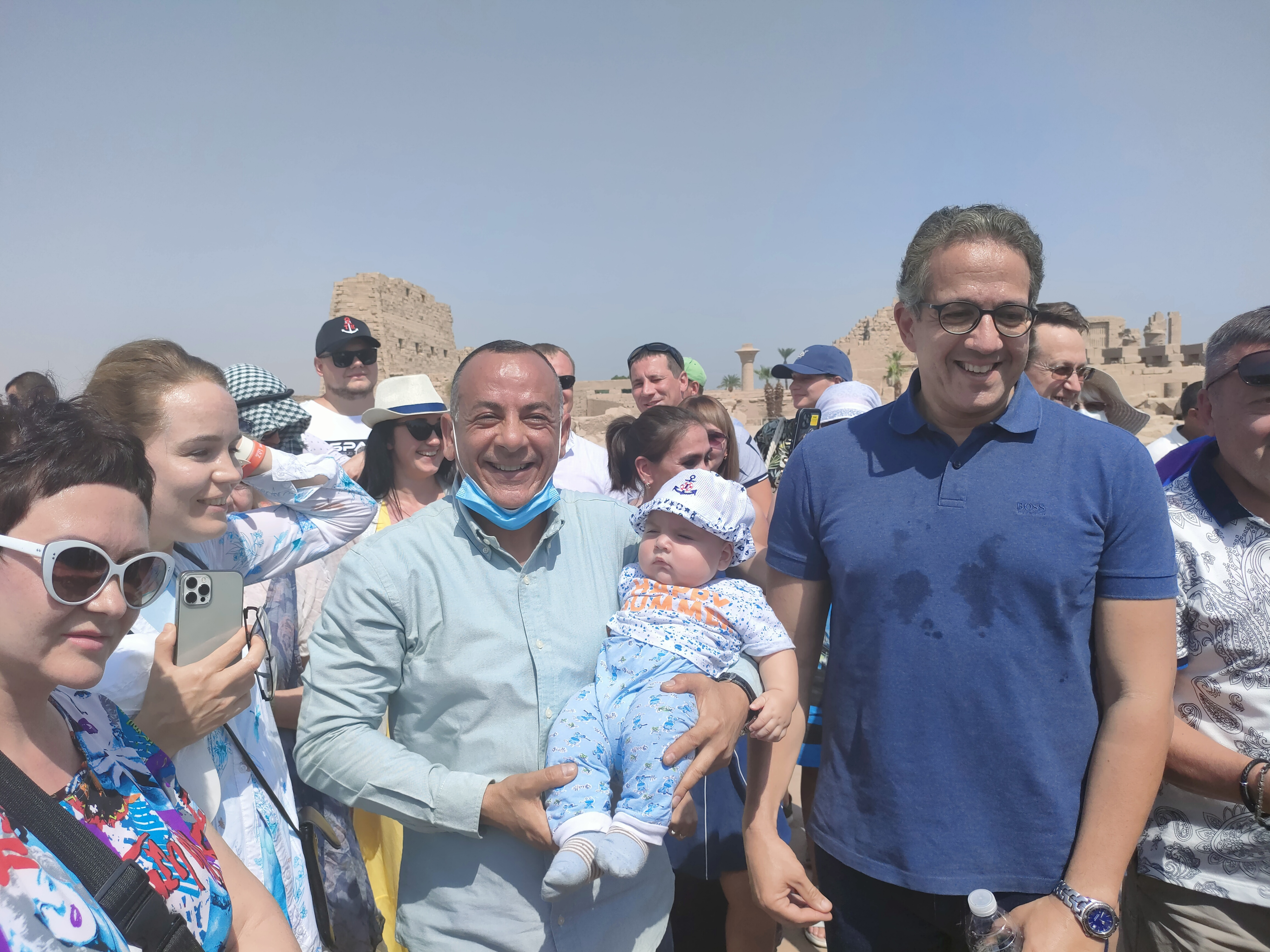 الطفل الاوكرانى رمضان مع وزير السياحة (2)
